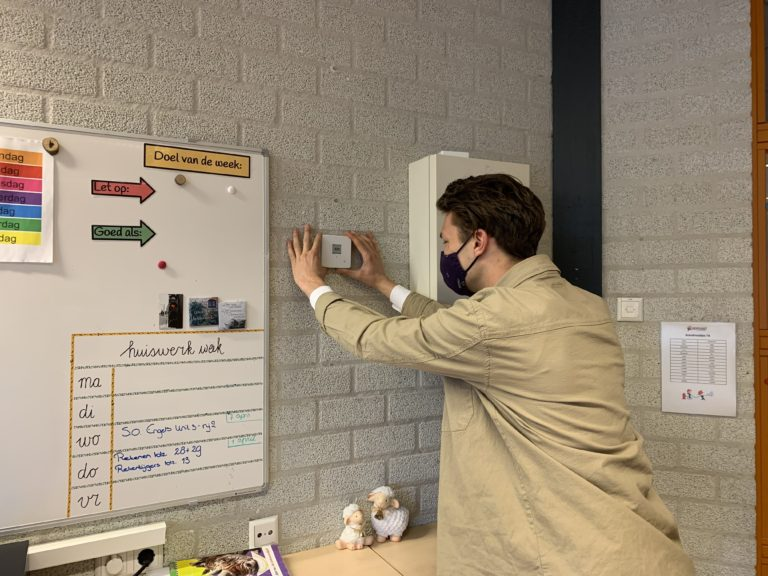 Luka plaatst een CO2 sensor